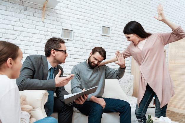 積極的な妻が夫を屋内で襲うことを脅かす
