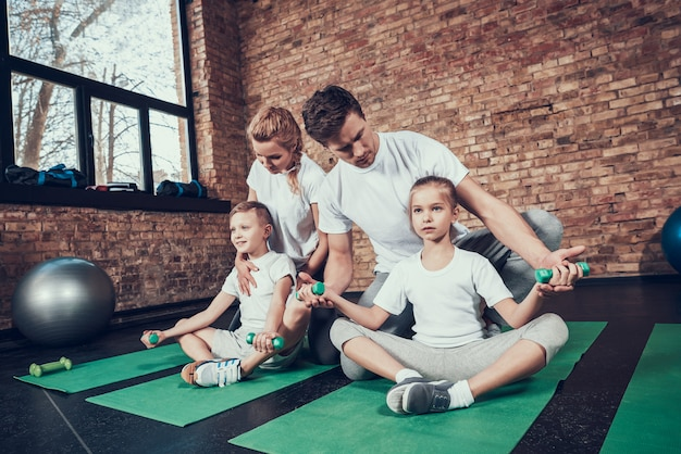 スポーツ家族の練習をしていますダンベル。