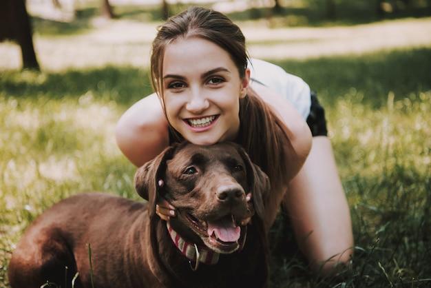 グリーンシティパークで彼女の犬と一緒にスポーツウーマン
