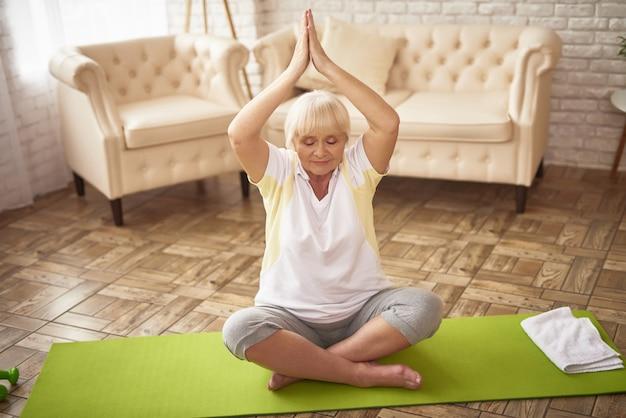 ヨガの姿勢運動シニア女性ストレス解消。