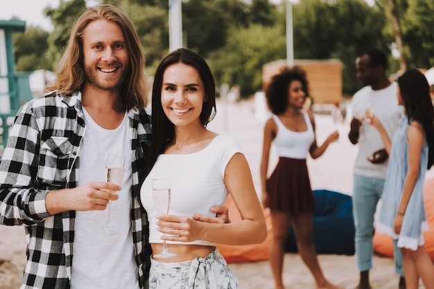 Счастливая пара, пить шампанское отпуск на пляже.