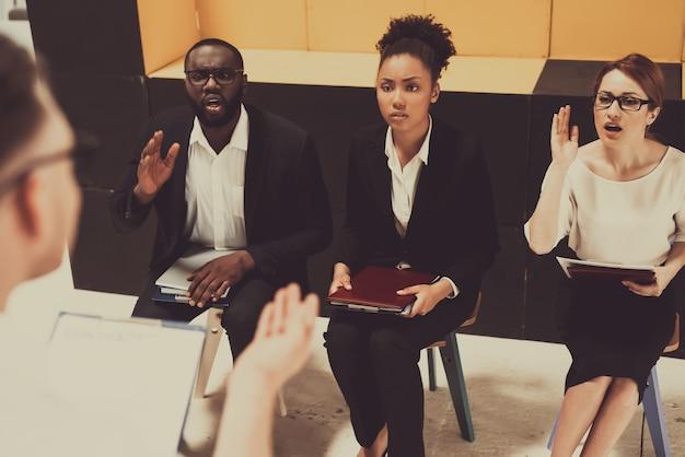 白人のマネージャーは、ビジネストレーニングを実施しています。
