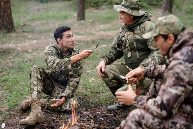 Лагерный костер счастливый человек беседует с друзьями.