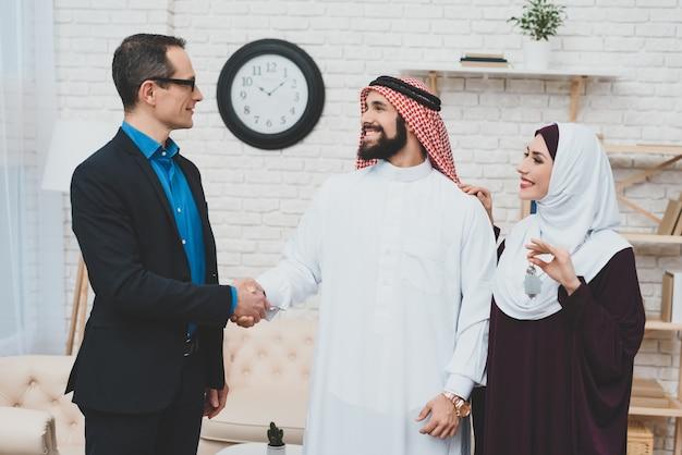 イスラム教の人々は、住宅不動産会社を購入します。