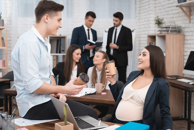 妊娠中の労働者同僚とのコミュニケーション