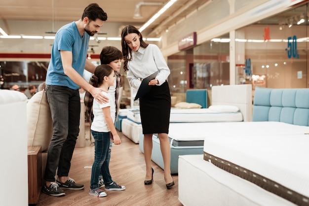 若い父親を助ける魅力的な女性コンサルタント