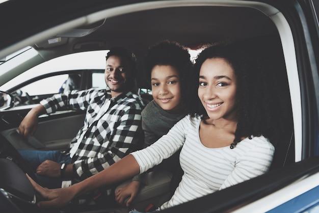 混血結婚と子供家族の購入車。