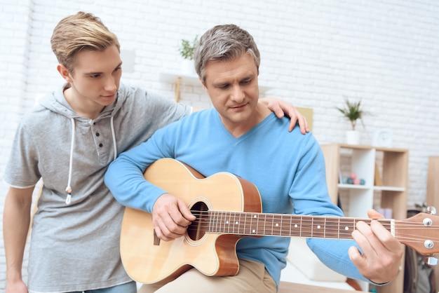 幸せな父と幸せな息子が絆を結んでいます。