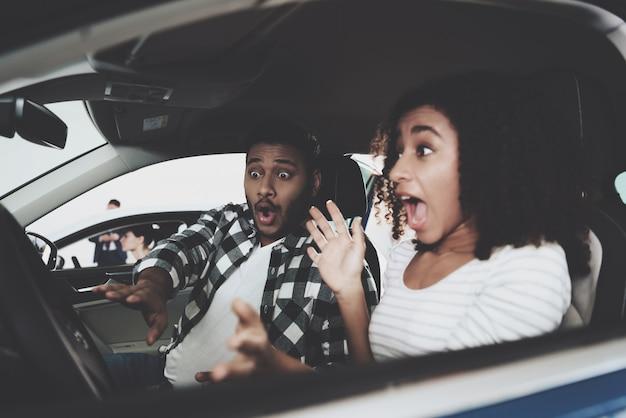 怖がっている女の子は、自動車事故を運転して叫ぶ。