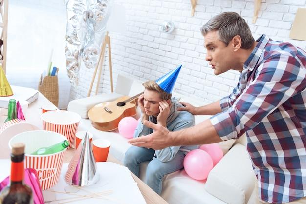 パーティーで悩んでいるティーンエイジャーは二日酔いです。