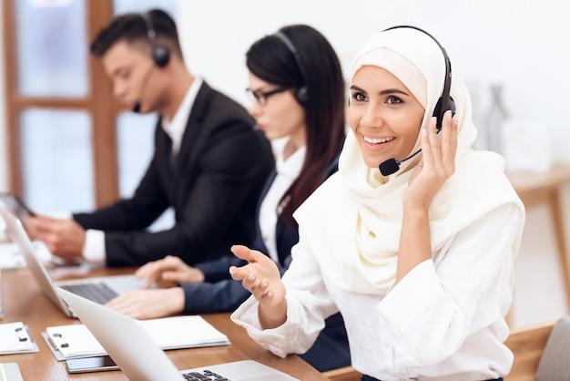 アラブ人女性がコールセンターで働いています。