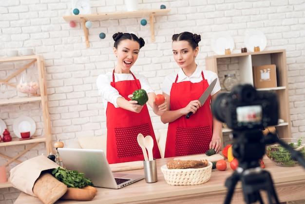 料理ブロガーは、ピーマンとナイフを手に入れます。