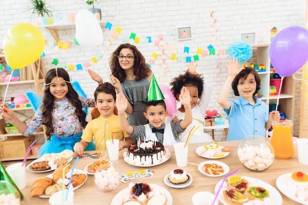 誕生日のお祝いに幸せな小さな子供たち。