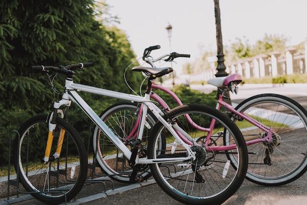 空の駐車場に自転車が立っています。