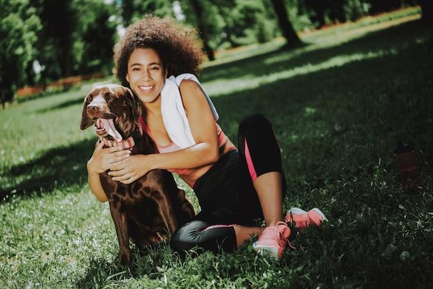 ジャグ後リラックスしたスポーツウェアの若い黒人少女
