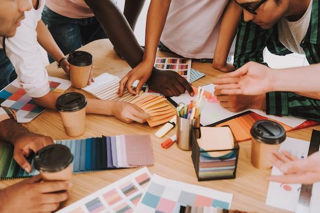Группа межрасовых дизайнеров работает в офисе