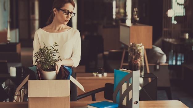 女性マネージャーは職場に物事をレイアウトしています