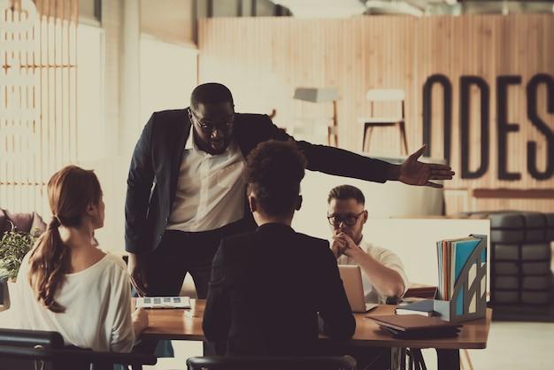 アフロアメリカンの弁護士はクライアントの権利を守っています