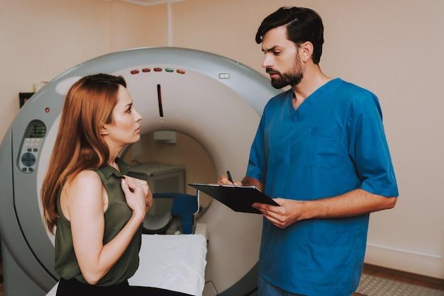 Клаустрофобная магнитно-резонансная томография пациента.