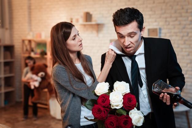 Жена нашла отпечаток поцелуя на воротнике рубашки мужа.