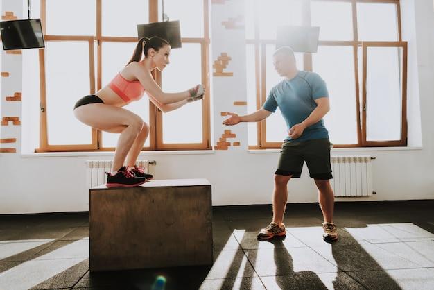 Люди носят спортивную форму в тренажерном зале.