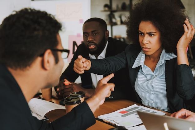 実業家と実業家は互いに議論します。