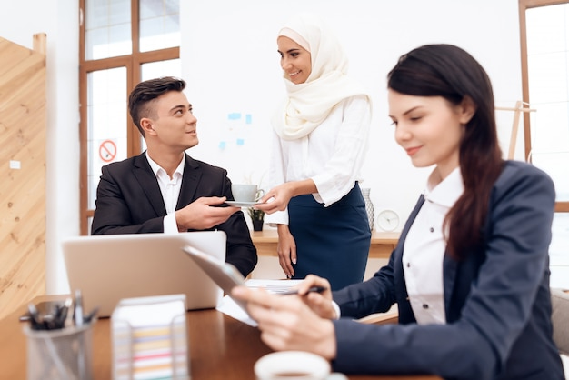 ヒジャーブのアラブ女性はオフィスで一緒に働きます。