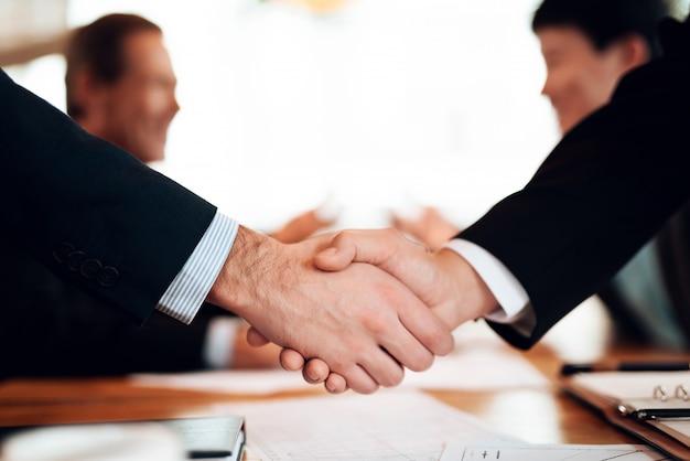 男性が握手しています。