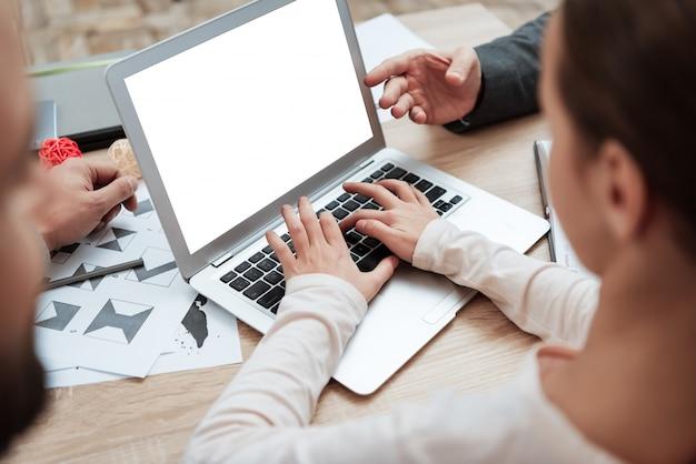 ノートパソコンのキーボードで入力するクローズアップ子供手