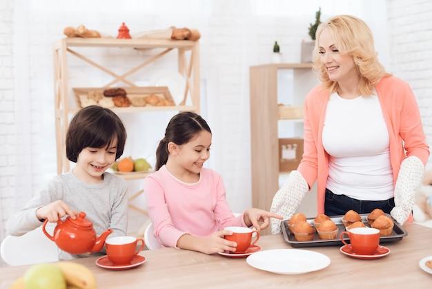 マフィン朝食コンセプトとおばあちゃんホールドトレイ