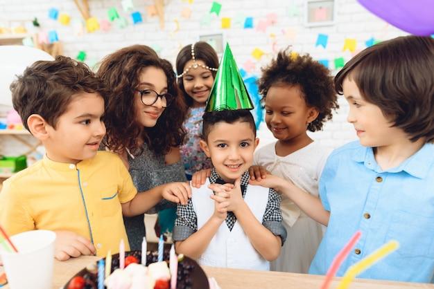 誕生日パーティーで幸せな小さな子供たち。