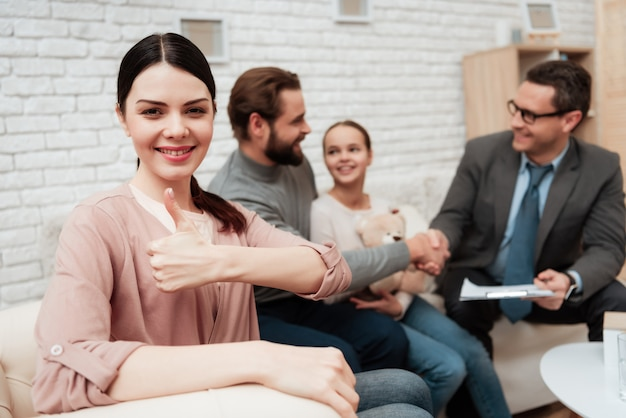 家族の心理療法で親指を立てる女性