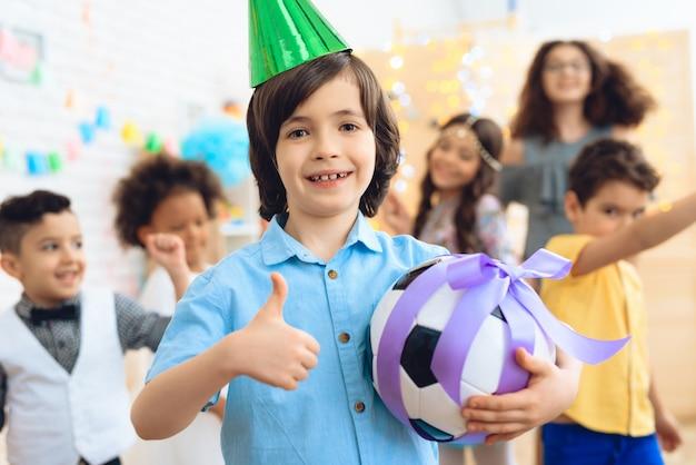 誕生日の男の子は彼が贈り物に満足していることを示しています。