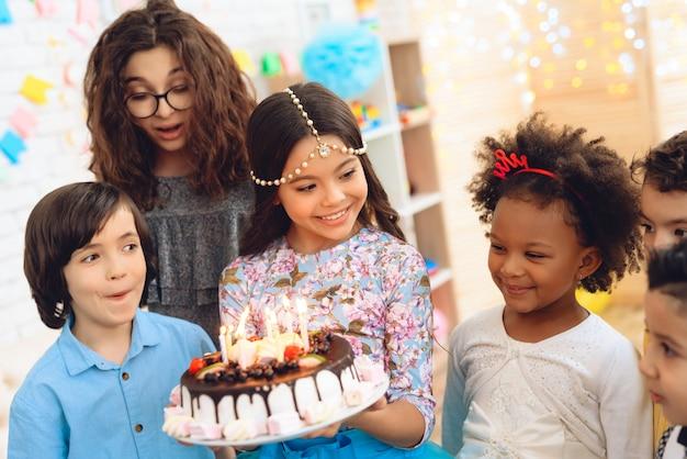 誕生日のお祝いに小さな子供たち。