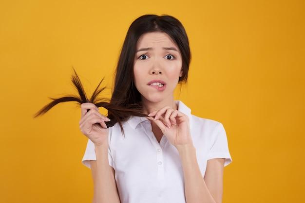 アジアの女の子は髪とポーズします。