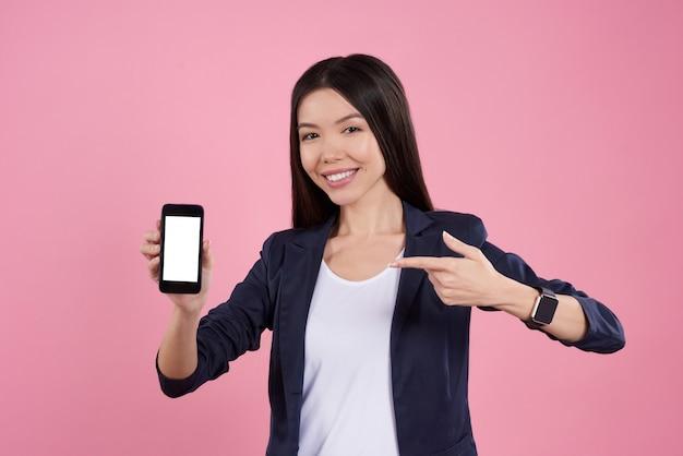 Молодая девушка позирует с телефона.