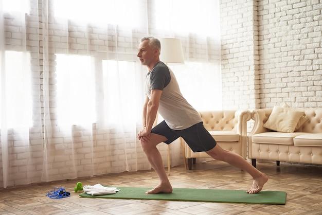 ストレッチマット足の筋肉の突進演習。