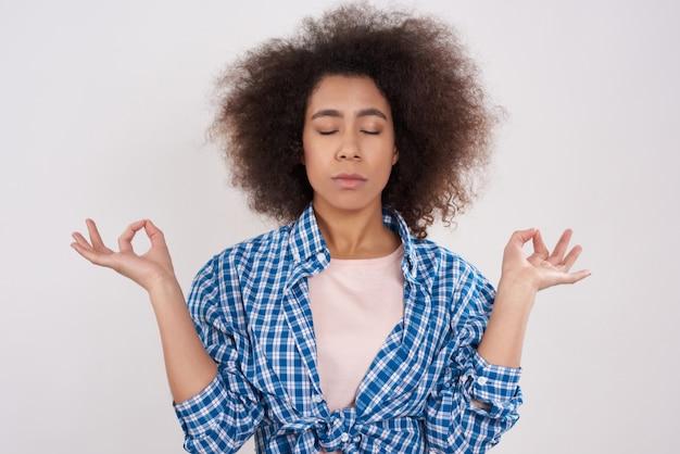 アフリカ系アメリカ人の女の子は瞑想しています