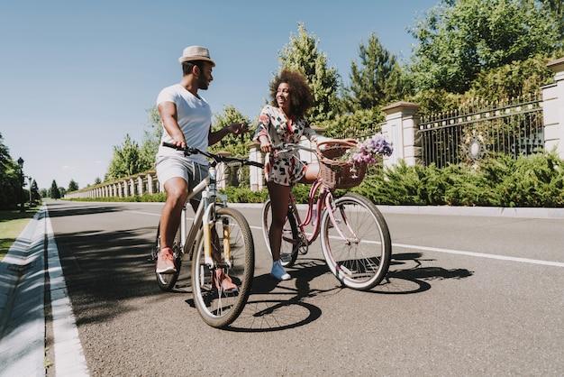 自転車と素敵な女性がいる道路上のラブストーリー。