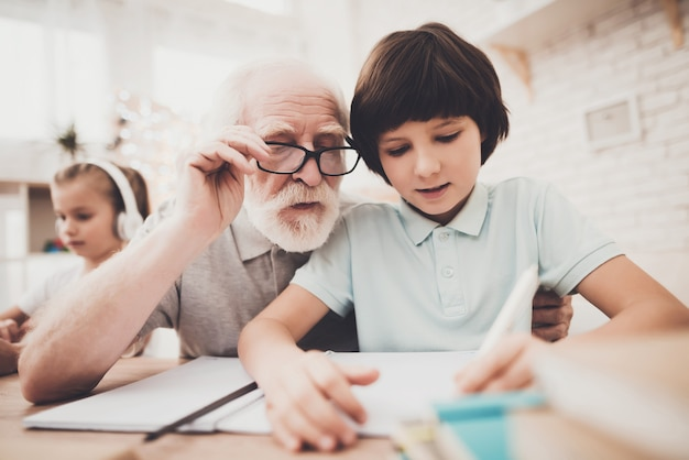 老人は学業でハード学習子供を支援します。