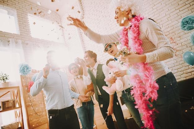 ピンクのスカーフの男は蛇行を投げます。