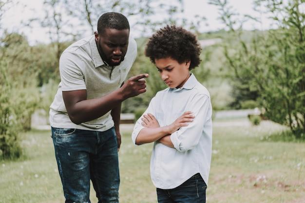 父は息子と少年を叱ります