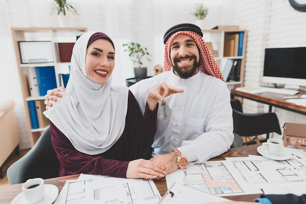 イスラム教徒のカップルはキー新しいホームハッピークライアントを手に入れました。