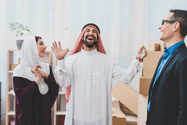 ブローカーは家の鍵を与えるアラブ家族は神を賛美する。