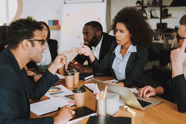Предприниматель и бизнесмен спорят о чем-то.