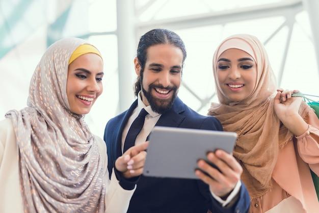 若いアラビア人はテーブルで見ています。