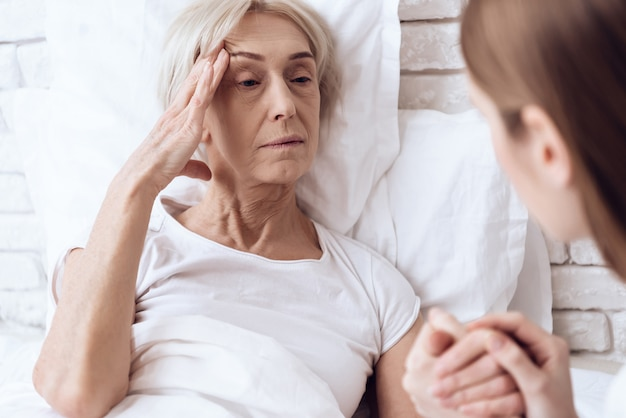 女の子は自宅で介護老人女性です。