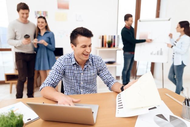 Уверенный в себе человек работает над проектом со своими коллегами.