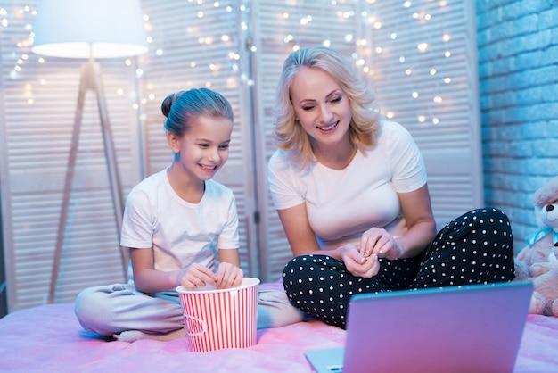 Счастливая семья смотрит фильм с попкорном.