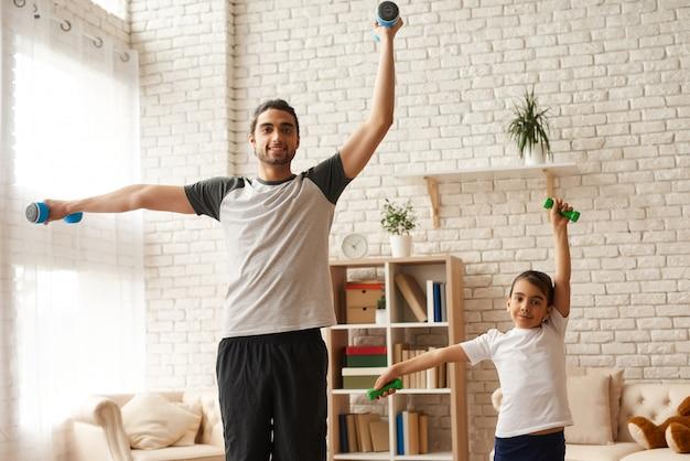 娘とお父さんは健康的なライフスタイルを保っています